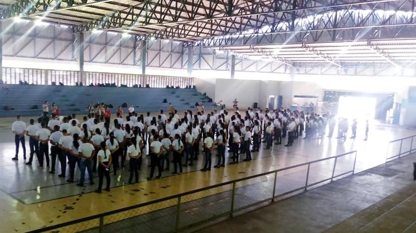 """Foto: Divulgação - Cerca de 400 estudantes participam das atividades da """"semana zero"""", desenvolvidas no Ginásio Dr.Pedro Zanina. A maior parte dos alunos ainda não conhecia o modelo militar de educação."""