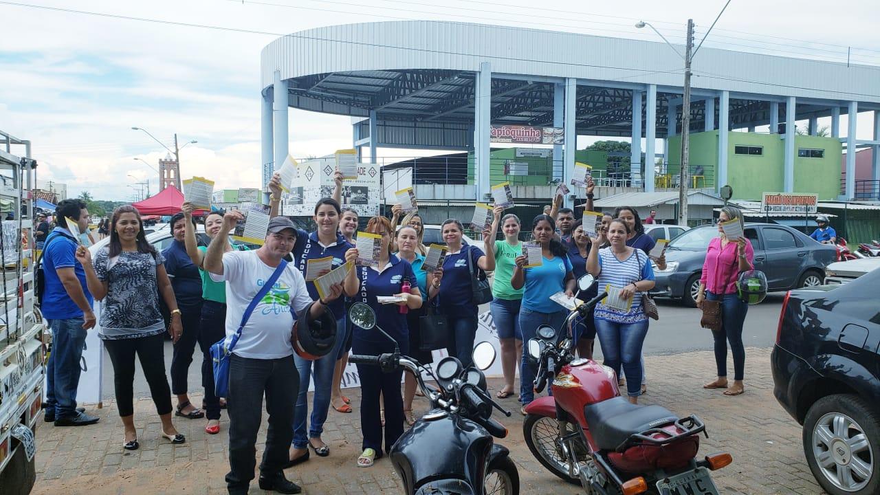Educadores municipais realizam ato público e distribuem panfletos na feira coberta de Guaraí