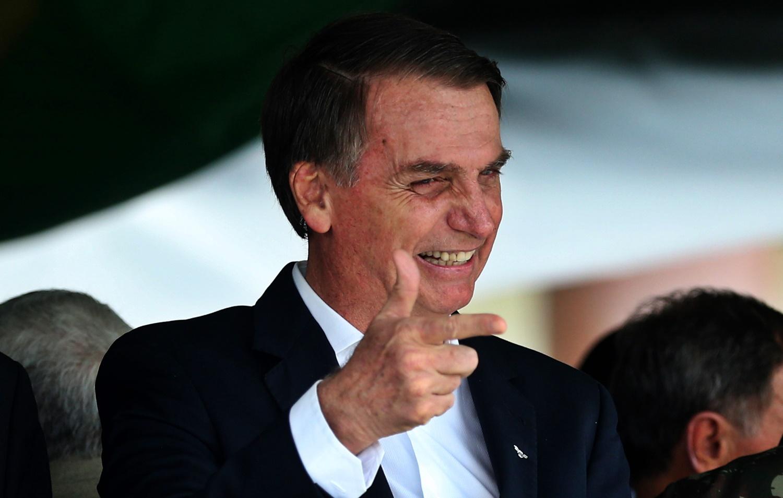 Bolsonaro assina decreto que flexibiliza posse de até 4 armas de fogo por pessoa no Brasil