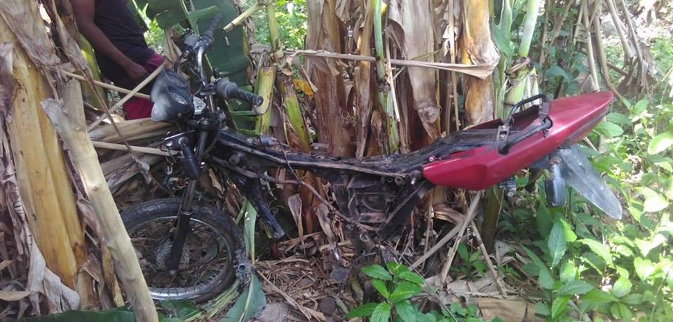 """PM de Guaraí recupera """"carcaça"""" de moto furtada; veículo foi encontrado no Setor Serrinha"""