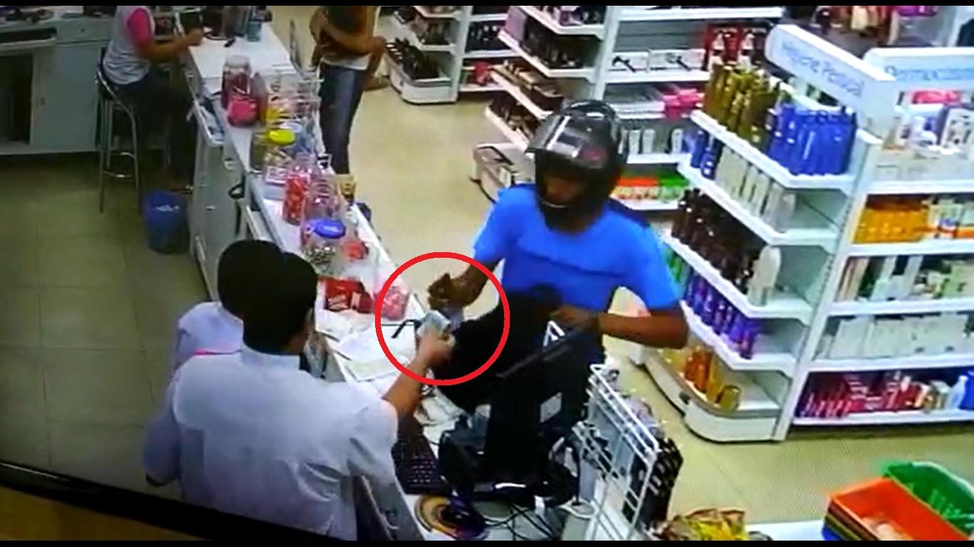 Foto: Divulgação - As imagens mostram três ângulos da ação, que durou pouco menos de 1 minuto. Um dos assaltantes, que usava camiseta azul, vai em direção ao caixa, enquanto o outro fica próximo a um dos balcões de atendimento.