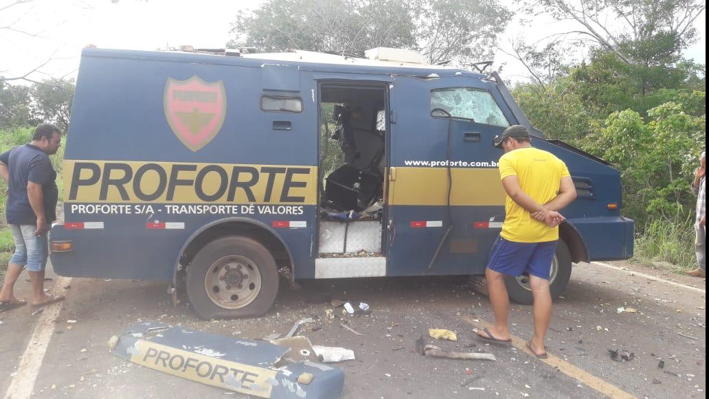Bandidos fortemente armados explodem carro-forte na BR-235, entre Guaraí e Tupirama