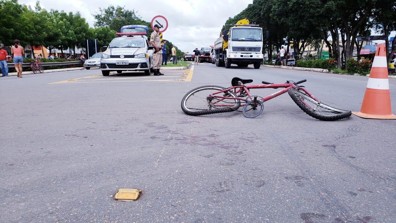 Três ficam feridos depois de acidente envolvendo moto, carro e bicicleta na BR-153 em Guaraí