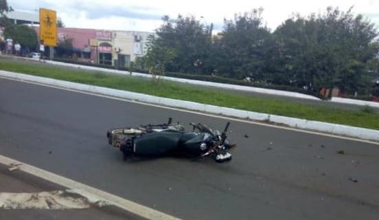 Foto: Divulgação/WhatsApp -  Jovem de 18 anos ficou gravemente ferido depois de colidir com um caminhão no trevo situado próximo ao Kabanas Pizzaria & Restaurante, por volta das 14h desta quarta-feira (02/01).