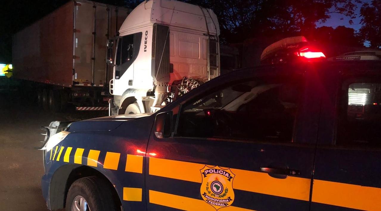 PRF prende caminhoneiro que realizava manobras perigosas com CRLV falso em Guaraí
