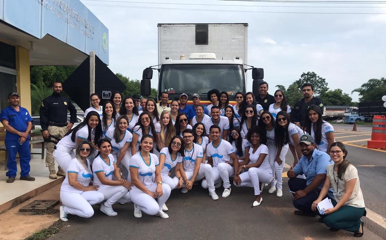 Parceria entre estudantes e PRF promove atendimento de caminhoneiros na BR-153 em Guaraí