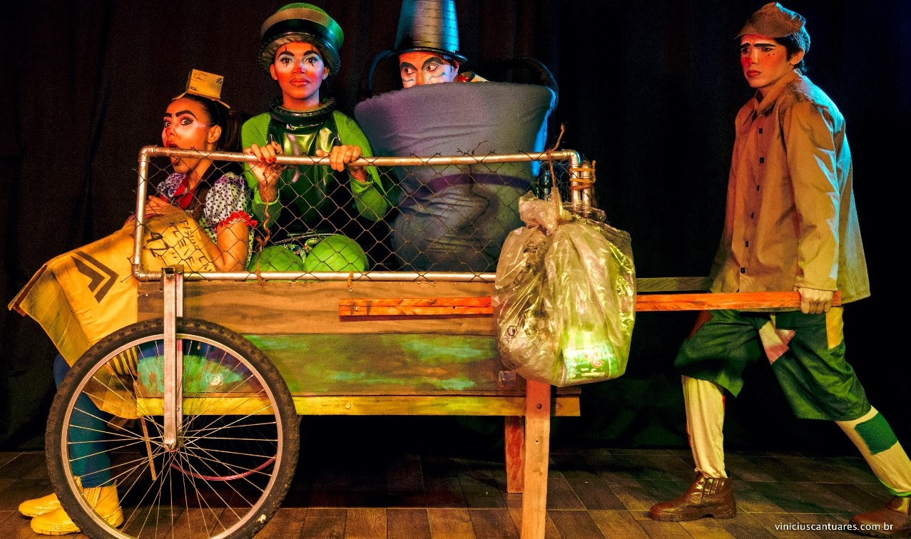 """Foto: Divulgação/Grupo Artpalco - A peça """"O Rei do Lixo"""" conta a história de """"Pitu"""", um catador de lixo que faz amizade com uma garrafa de champanhe, um balde plástico e uma caixa de papelão."""