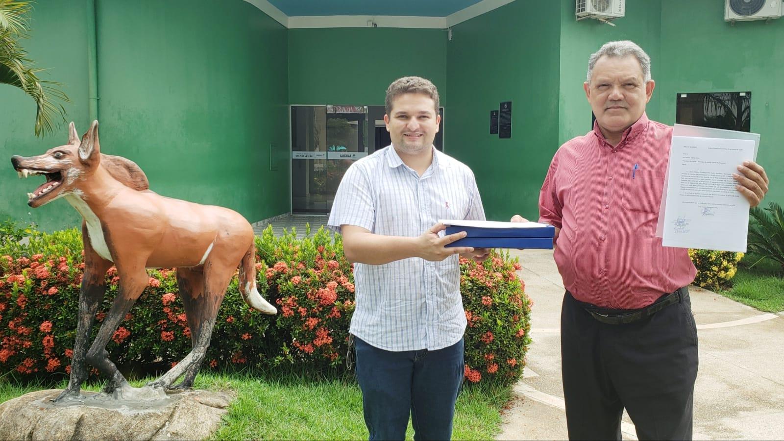 Presidente da Câmara recebe projeto popular que pede redução da tarifa de esgoto em Guaraí