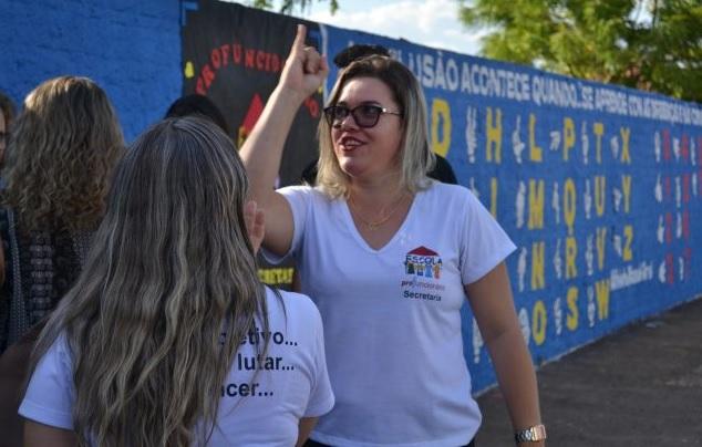 Mesmo sem ter alunos surdos, escola incentiva ensino de Libras com pintura de muro em Guaraí