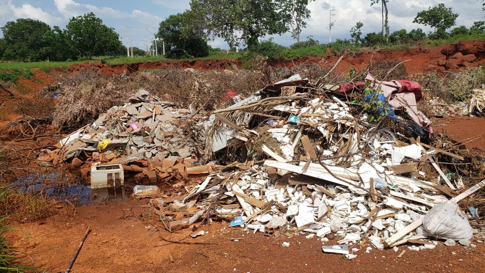 Alvo de mineração clandestina, terreno público vira depósito de entulho e lixo no Pôr do Sol II