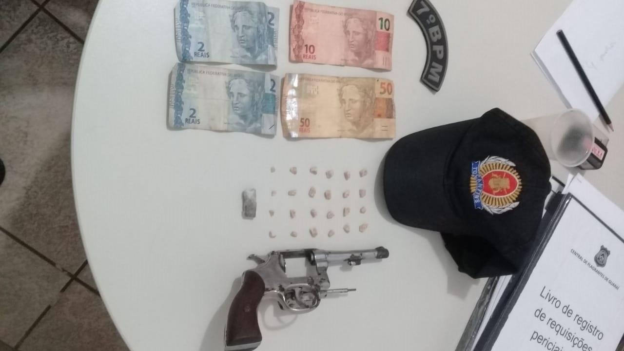PM de Guaraí prende três com drogas, dinheiro e arma de fogo calibre 22 no Setor Pestana