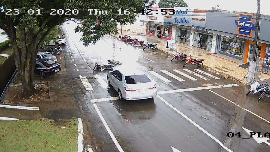 """""""Olho do Guará"""" flagra exato momento de colisão entre carro e motocicleta no centro de Guaraí"""