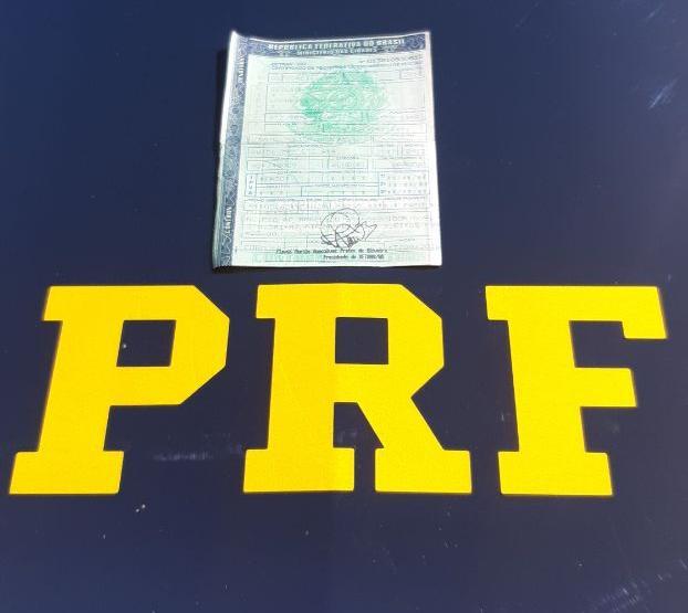 Durante fiscalização de rotina, PRF prende caminhoneiro por uso de CRLV falso em Guaraí