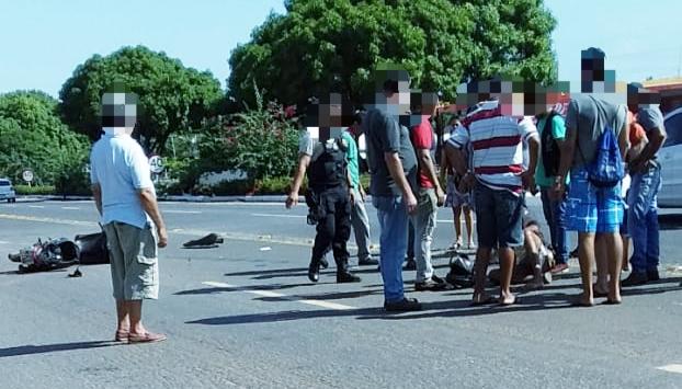 Jovem sobrevive após moto que conduzia ter sido atingida em cheio por Toyota Hilux na BR-153