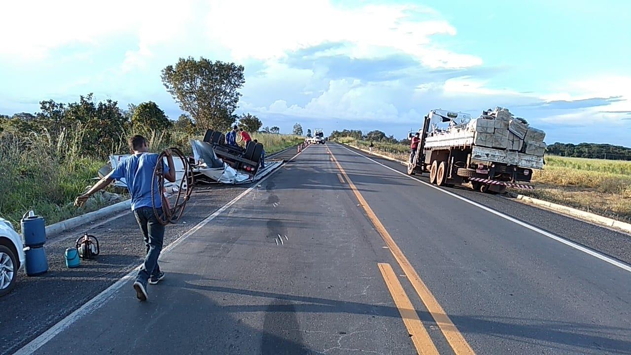 Condutor fica ferido após caminhão baú tombar em trecho da BR-153 entre Guaraí e Tabocão