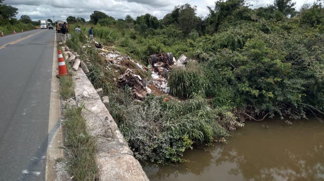 Foto: Divulgação/PRF-TO - Motorista, que acabou falecendo ainda no local, viajava com a esposa e a filha de 6 anos, que acabaram se ferindo gravemente. Acidente foi registrado entre Guaraí e Kennedy, próximo a ponte dobre o Rio Água Fria.