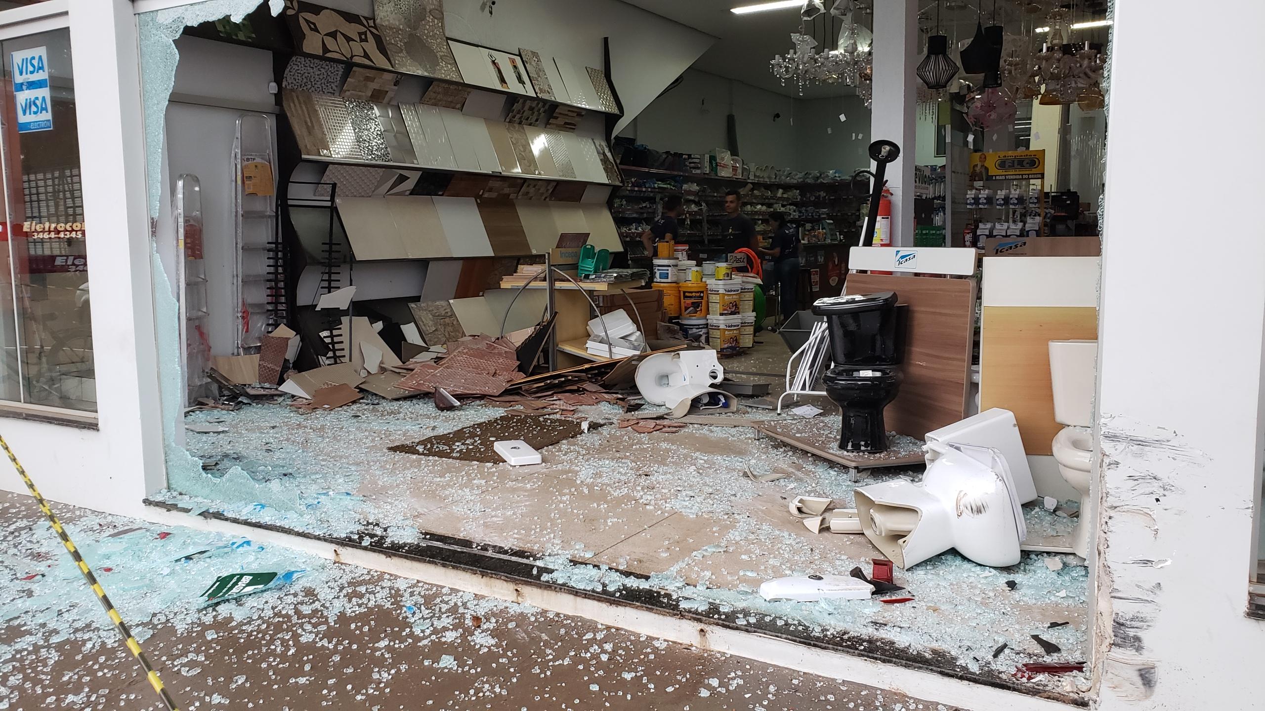 Condutor de veículo perde o controle e invade loja de materiais de construção em Guaraí