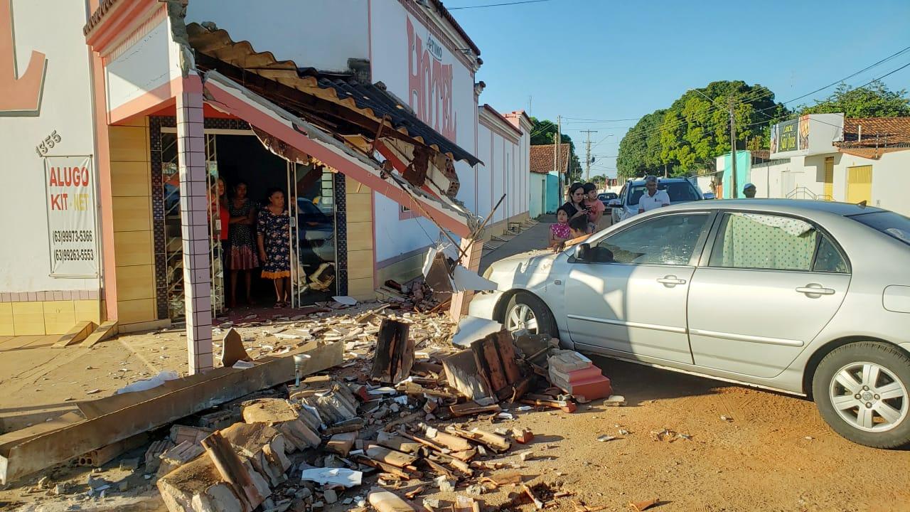 Veículo invade entrada de hotel enquanto hospedes tomavam café da manhã em Guaraí