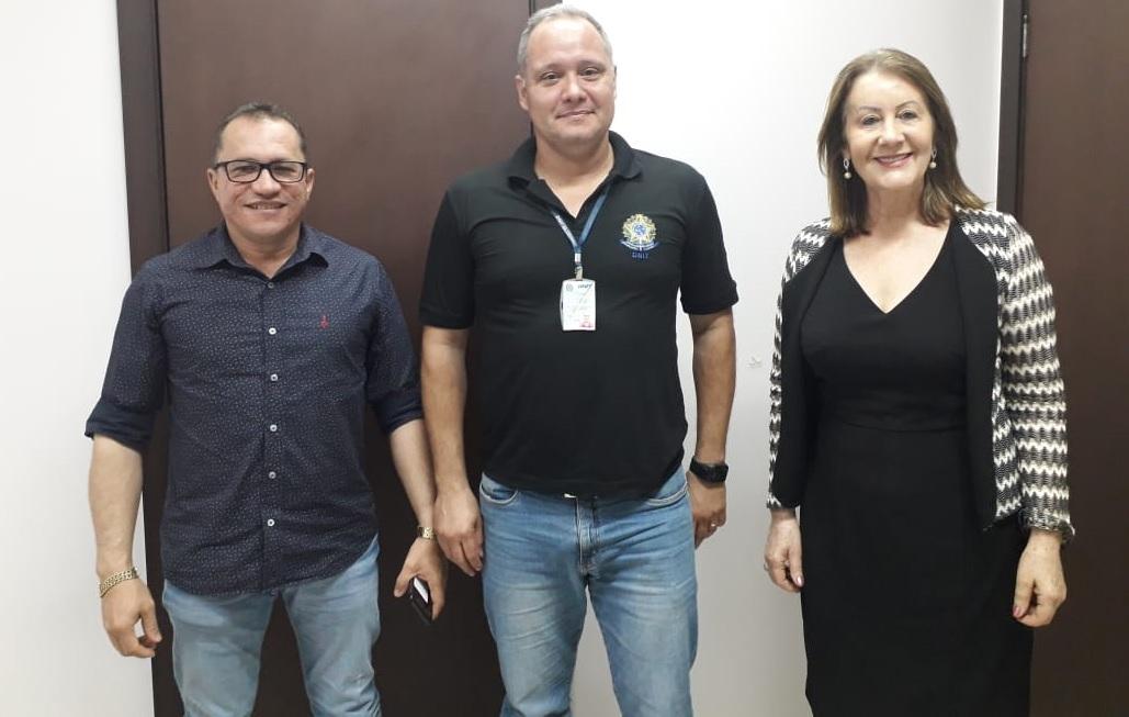 Foto: Divulgação/Prefeitura de Guaraí - Raimundo Pessoa (esquerda) e a prefeita Lires Ferneda em conversa com o engenheiro Cezar Augusto, durante reunião realizada na sede do DNIT em Palmas nesta última segunda-feira (22/07).