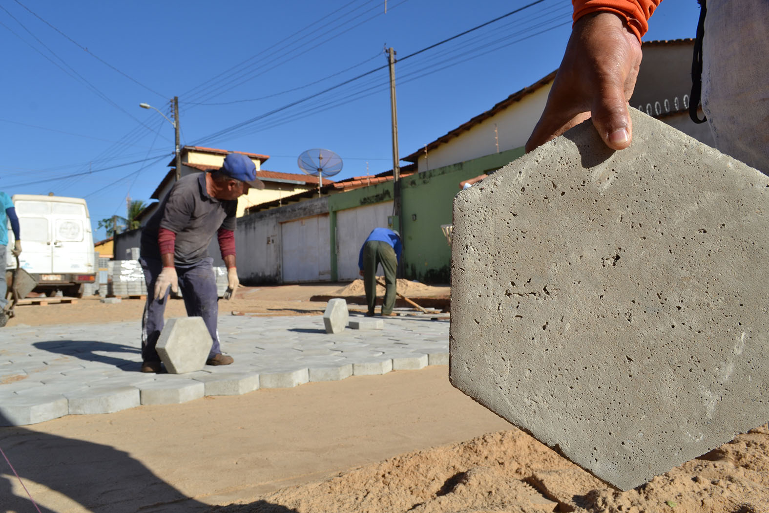 Após obras de drenagem, vias do Setor Alvorada I começam a receber bloquetes em Guaraí