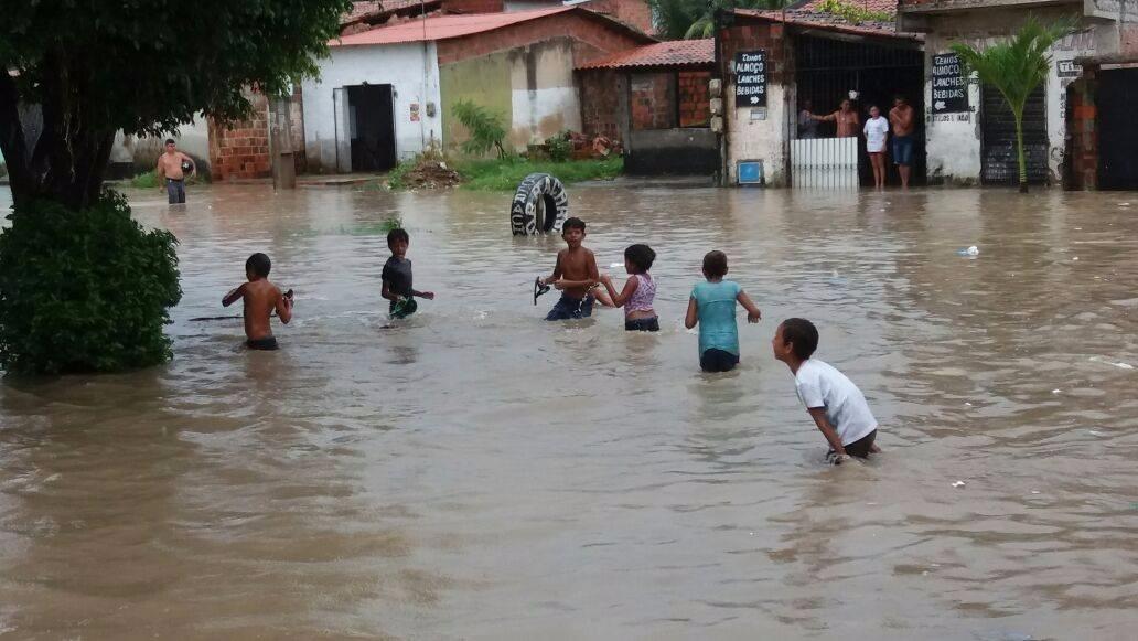 Água de alagamentos e enchentes pode provocar doenças graves, alerta Secretaria da Saúde