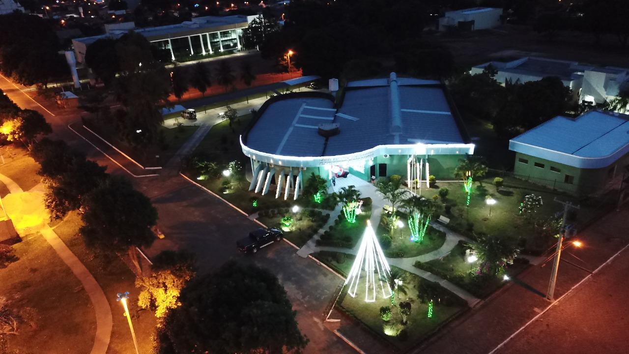 Câmara convida população para prestigiar decoração natalina da praça do parlamento em Guaraí