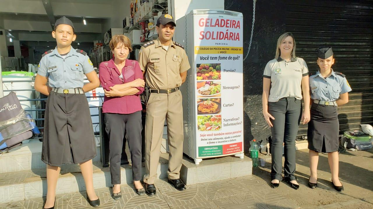 Geladeira solidária instalada no centro de Guaraí oferece alimentos e poesias para moradores